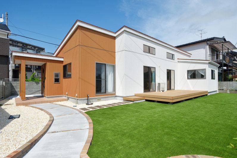 青い空と緑に映える家